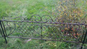 кованые оградки на кладбище